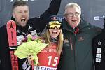 Ester Ledecká (uprostřed) dojela třetí ve sjezdu v Garmisch-Partenkirchenu a dosáhla na druhé stupně vítězů v lyžařském Světovém poháru. Vlevo její trenér Tomáš Bank.