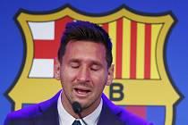 Lionel Messi v slzách potvrdil odchod z Barcelony po 21 letech.
