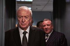 Americký herec Michael Caine ve filmu Králové zlodějů