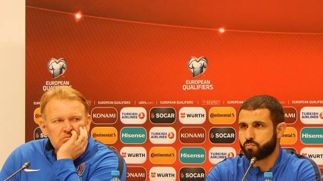 Kouč Ázerbájdžánu Robert Prosinečki (vlevo) a Rashad Sadigov.