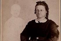 """Viktoriánské duchařské snímky byly populární záležitostí konce 19. a začátku 20. století. Na snímku amerického fotografa Williama H. Mumlera paní Frenchová s """"duchem"""" dítěte"""
