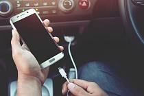 Dvě ze tří nabíječek mobilů jsou nevyhovující.