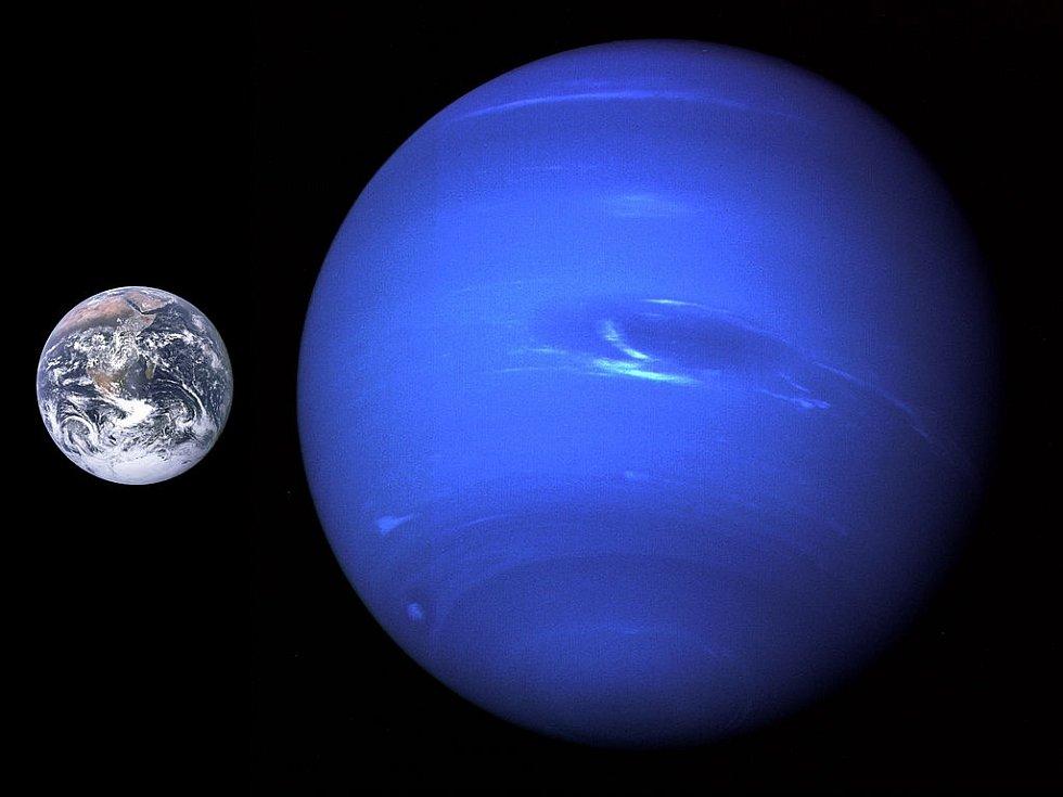 Země (vlevo) a Neptun.