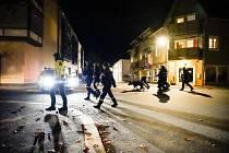 Policie na místě činu po útoku v norském Kongsbergu 13. října 2021. Muž ozbrojený lukem a šípy zabil několik lidí