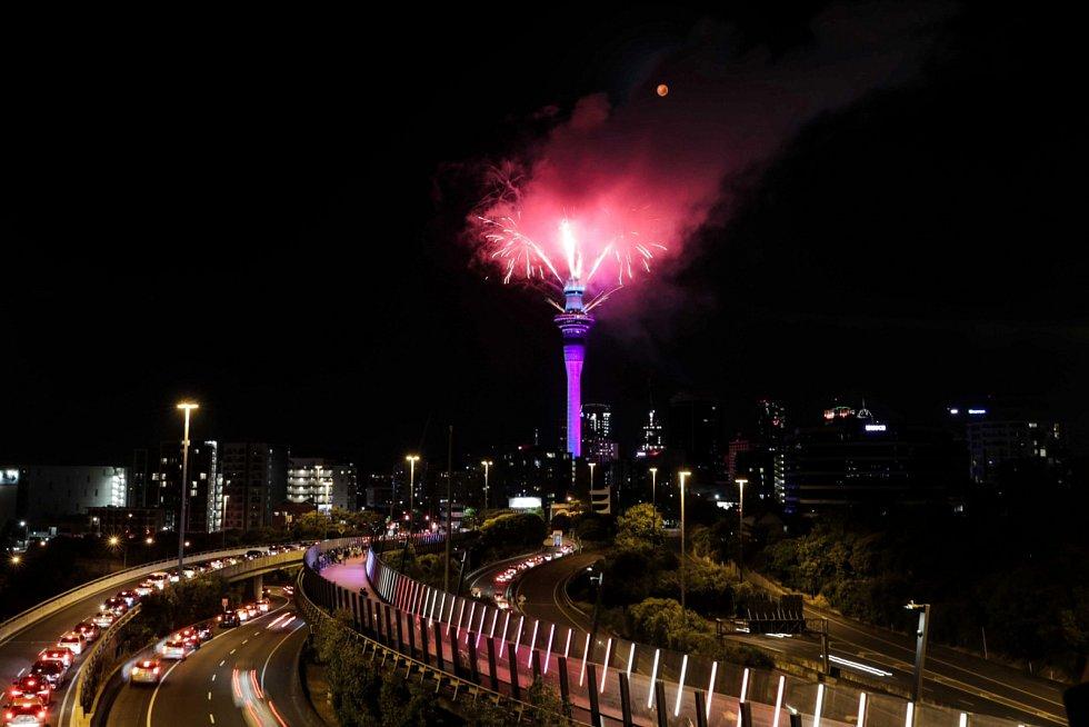 Na Novém Zélandu přivítali příchod roku 2021 ohňostrojem. Navzdory koronavirové pandemii.