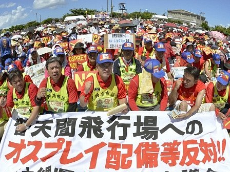 Desetitisíce Japonců dnes protestovaly proti americkým plánům rozmístit na jihojaponském ostrově Okinawa 12 letounů Bell-Boeing MV-22 Osprey.