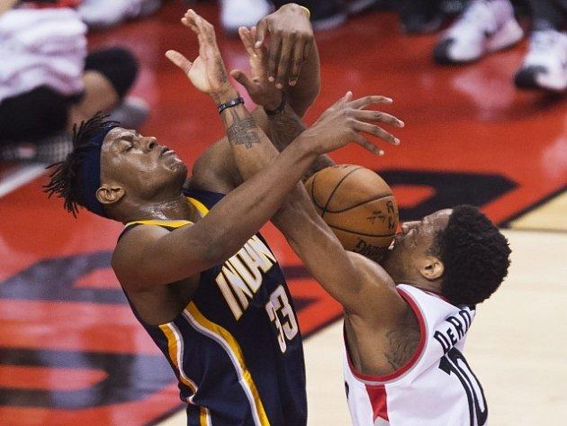 DeMar DeRozan (vpravo) a Myles Turner (Indiana Pacers)