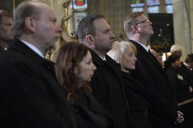 Na pohřeb kardinála Miloslava Vlka dorazili (zprava) vicepremiér Pavel Bělobrádek, manžeka ministra obrany Veronika Žilková-Stropnická a ministr zemědělství Marián Jurečka.