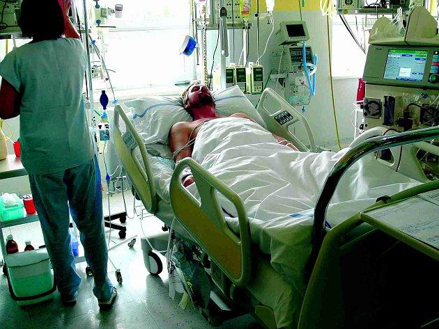 Čtyřiatřicetiletý muž z Budišova nad Budišovkou leží na ARO v opavské Slezské nemocnici. Vypil prý známou a kolkovanou vodku z kamenného obchodu.