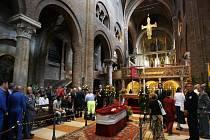 Rakev s Pavarottiho ostatky je vystavena v jeho rodné Modeně.