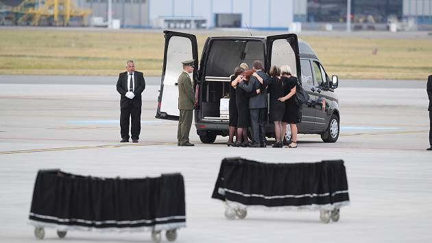 Pietní ceremoniál za zesnulé vojáky na pražském ruzyňském letišti. Rodiny při posledním rozloučení.