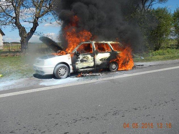 U Balkovy Lhoty na Táborsku se vznítil Golf Variant. Naštěstí se nikomu nic nestalo.