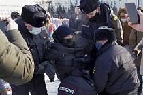 Ruská policie zadržuje muže během protestu proti uvěznění vůdce opozice Alexeje Navalného v Chabarovsku