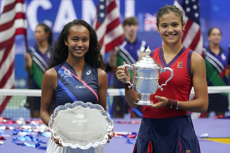 Osmnáctiletá Britka Emma Raducanuová (vpravo) se stala první tenistkou, která získala grandslamový titul po postupu z kvalifikace. Ve finále US Open zvítězila nad o rok starší Kanaďankou Leylah Fernandezovou (vlevo) po setech 6:4 a 6:3