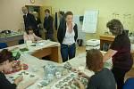 Centrum ucelé rehabilitace a sociální klastr v Sokolově navštívila vicepremiérka a předsedkyně legislativní rady vlády Karolína Peake. Zajímala se o fungování a financování zdejšího centra. Její kapacita je plná a existují prý dokonce pořadníky.