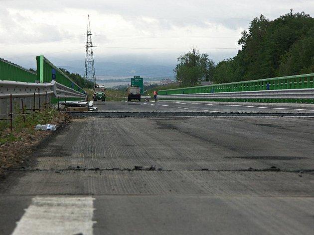 Řidiči jedoucí po novém úseku rychlostní silnice R6 se musejí opět obrnit trpělivostí. Část úseku komunikace mezi Kynšperkem nad Ohří a Černým Mlýnem na Sokolovsku se po roce musí opravit. Díky nevhodnému materiálu se vyboulila vozovka před třemi mosty.