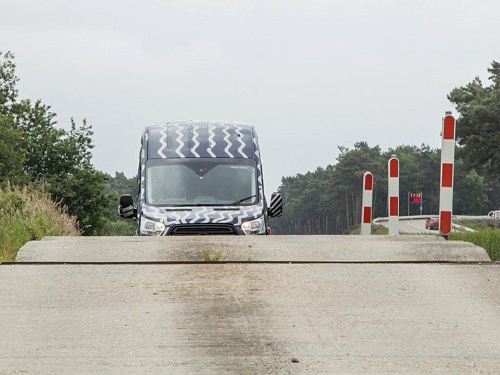 Ford podrobil Transit testům, kterém měly během šesti měsíců nasimulovat 10 let pracovního nasazení.