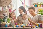 Zapojte o Velikonocích do výzdoby celou rodinu. Má to svá pozitiva.