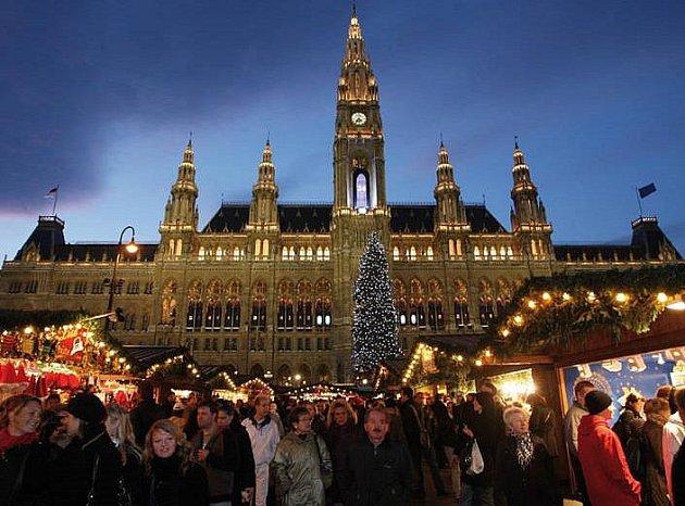 OBŘÍ KALENDÁŘ. Okna vídeňské radnice se proměnila ve velký adventní kalendář.
