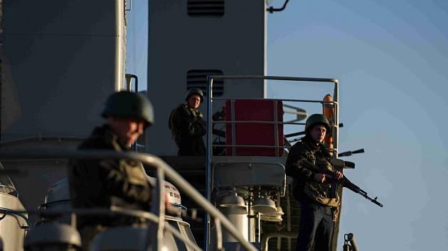 NA STRÁŽI. Ukrajinští vojáci hlídkují v přístavu Sevastopol. Očekávají možný útok ruských lodí.