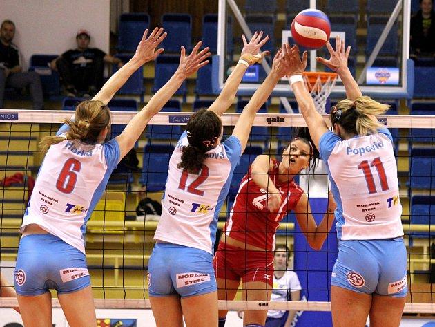 Volejbalistky Prostějova (v bílomodrém) blokují smeč Olympu.