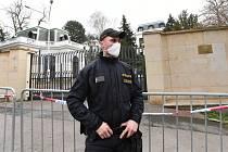 Policista před ruskou ambasádou v Praze