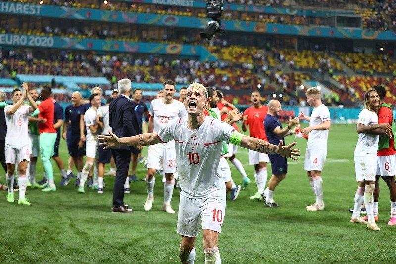 Švýcarský kapitán Granit Xhaka oslavuje postup do čtvrtfinále.