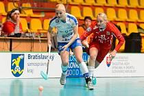 České florbalistky (v červeném) proti Finsku.