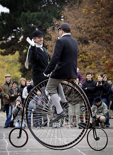 Sraz velocipedistů na historických vysokých kolech Pražská míle proběhl 5. listopadu v pražských Letenských sadech.