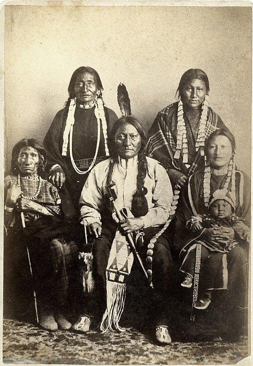 Sedící býk v roce 1881 v kruhu své rodiny, obklopen svou matkou, sestrou a dvěma dcerami s vnukem
