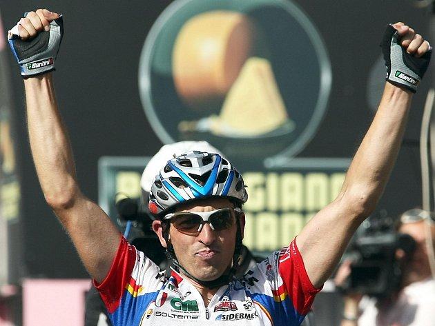 Leonardo Bertagnolli slaví vítězství v 15. etapě Gira d'Italia.