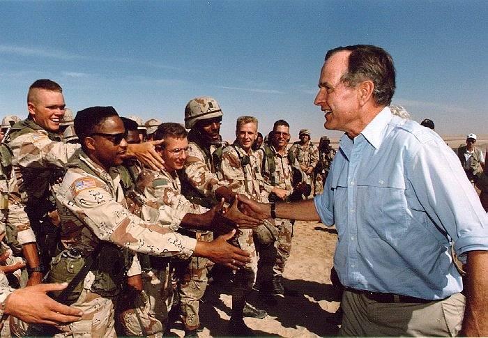 Prezident Bush při návštěvě amerických jednotek v Saúdské Arábii na den díkuvzdání, 1990