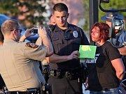 Policisté v americkém Fergusonu opět zasahovali proti demonstrantům.