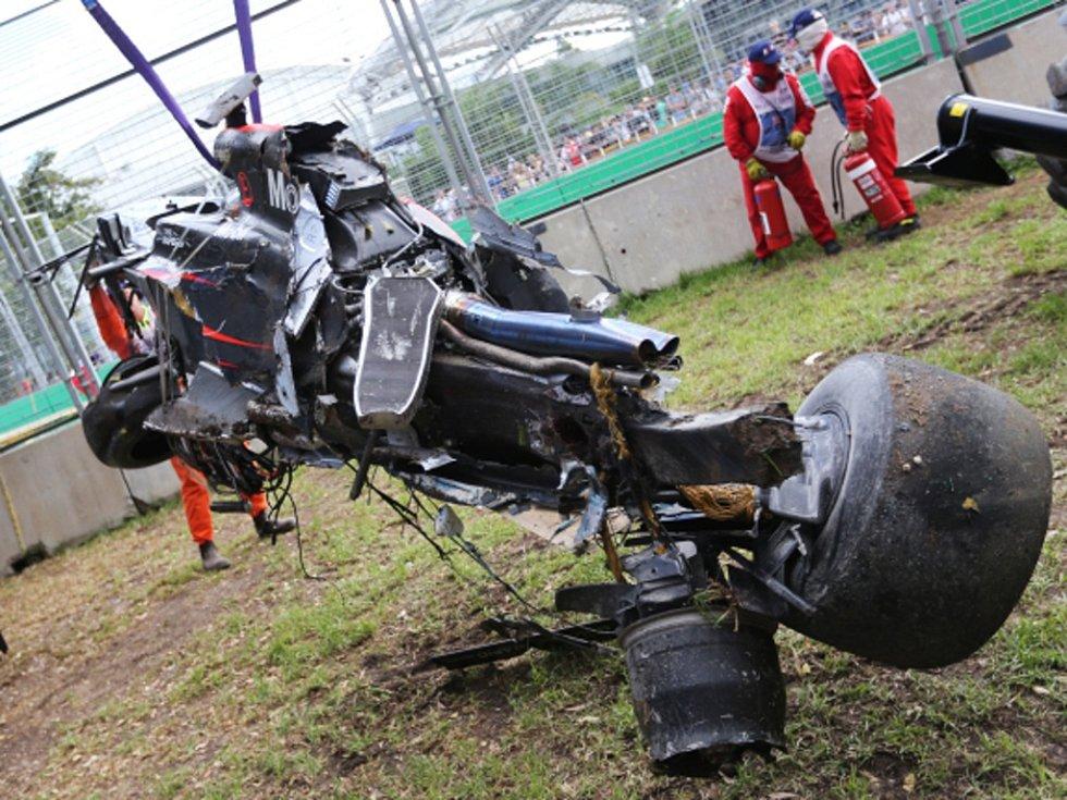 Zcela zničený monopost Fernanda Alonsa z VC Austrálie.