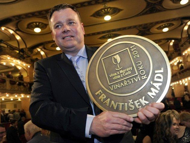 Majitel společnosti Malý Vinař František Mádl převzal trofej Vinařství roku 2011.
