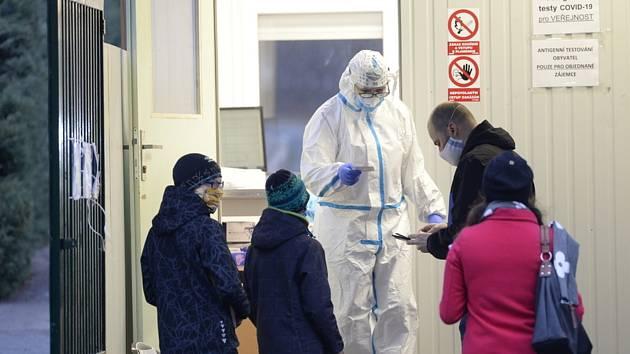 Pražská Fakultní nemocnice Královské Vinohrady testovala 24. prosince 2020 dopoledne zájemce o antigenní testy na covid-19