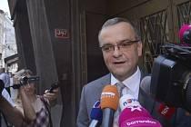 Ministr financí Miroslav Kalousek hovoří 20. června v Praze s novináři, poté co při policejním výslechu vypovídal v kauze kolem údajného úplatkářství jednoho z někdejších rebelů ODS Marka Šnajdra.