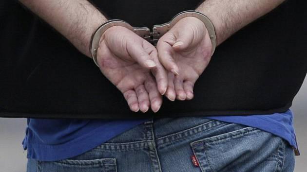 Pouta - zatčení - ilustrační foto