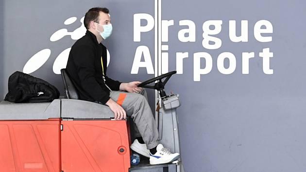 Letiště Václava Havla v Praze (na snímku z 16. března 2020) je jediné v ČR, které mohou v souvislosti s šířením koronaviru využívat cestující komerčních přeshraničních letů