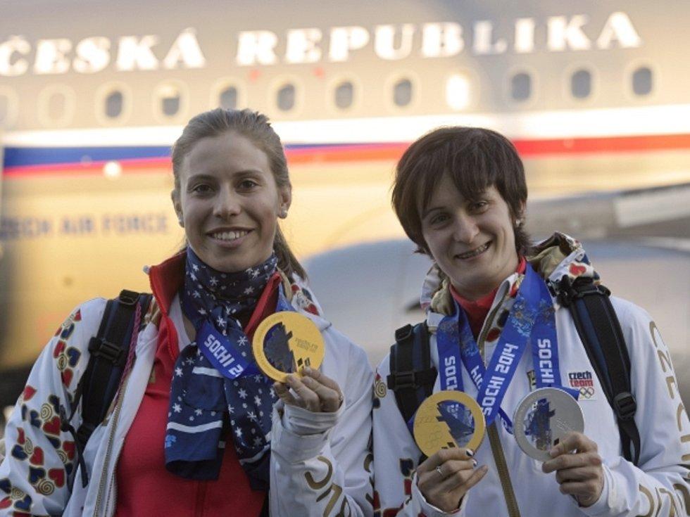 Olympijské šampionky Eva Samková (vlevo) a Martina Sáblíková po příletu do Prahy.