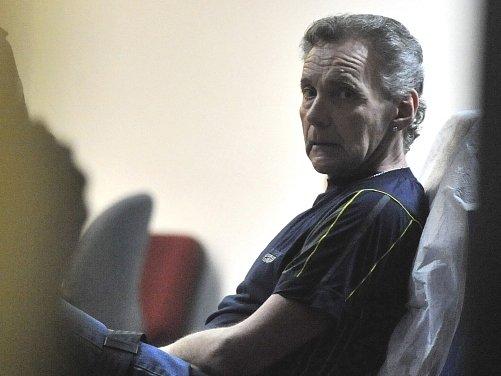 Antonín Stecker, který se nechával léčit v nemocnicích, ale neplatil poplatky, 6. dubna před soudem v Ostravě kvůli údajným bolestem ležel na lůžku. Na poplatcích dluží prý více než 200.000 korun a je obžalován z podvodu.