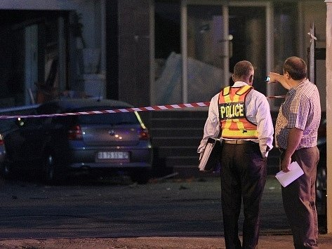 Jihoafričtí policisté před budovou, ve které došlo k výbuchu.
