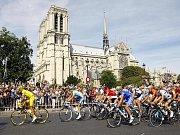 Španěl Alberto Contador (vlevo) přivezl do Paříže žlutý trikot a stal se vítězem Tour de France.