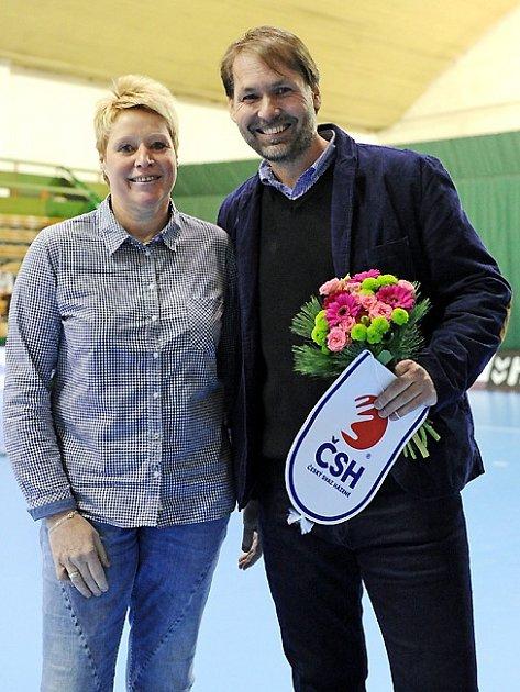 Radek Bendl poděkoval bývalé brankářce Lence Černé za dlouholetou kariéru při loučení při kvalifikaci MS žen v Olomouci.