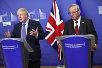 Britský premiér Boris Johnson (vlevo) a předseda Evropské komise Jean-Claude Juncker na tiskové konferenci v Bruselu 17. října 2019