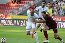 Mario Holek ze Sparty (vpravo) proti Fenerbahce Istanbul.