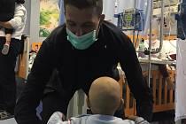 Obránce Francesco Acerbi v dětské nemocnici.