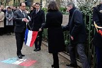 Francouzský prezident François Hollande dnes uctil památku 17 obětí teroristických útoků z loňského ledna.