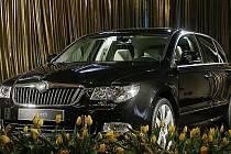 Nová Škoda Superb mezi květinami