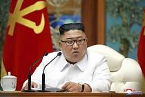 Vůdce KLDR Kim Čong-un na nouzovém zasedání politbyra v Pchjongjangu (na snímku z 25. července 2020)